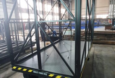Cargo lift with guardrails, magnetic locks