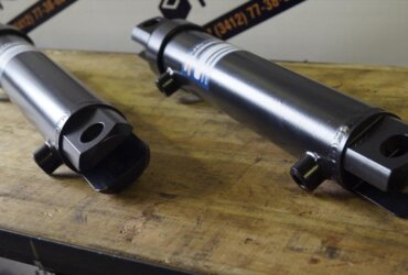 Welded hydraulic cylinders with lifting eye bolts (yokes)