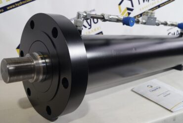 Hydraulic cylinder with front flange, directional valve
